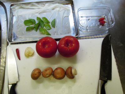 はじめてバジル-アジャカを使った料理=トマトソースを作る