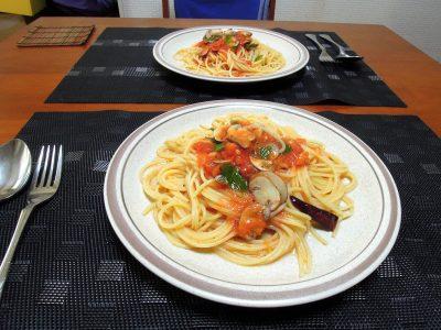 バジル-アジャカを使ったトマトソースのパスタが完成