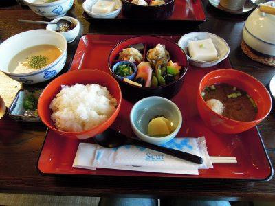 スタンダードな膳である北条に胡麻豆腐と自然薯がついた北条セットを注文