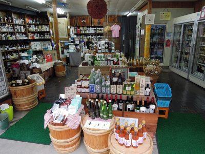 鎌倉駅西口、御成通りにある酒類専門店・高崎屋本店の店内