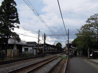 北鎌倉駅で下車し、円覚寺側の改札を出て線路沿いに進む