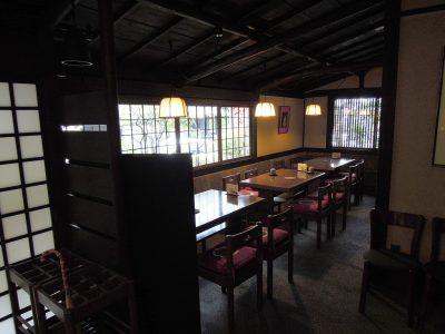 鉢の木cafeの大通りに面したテーブル席