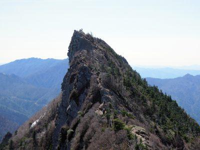 石鎚山の山頂付近、弥山から眺める最高峰・天狗岳