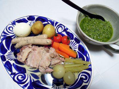 北イタリアの伝統料理ボッリート・ミスト サルサヴェルデ添え