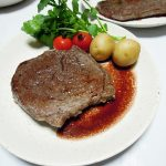 イタリアワイン、バローネ・コルナッキア モンテプルチアーノ・ダブルッツォで牛もも肉のステーキをいただく