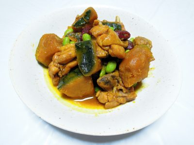 なつめや枝豆も入った鶏肉とかぼちゃのカレー煮込み