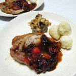 日本(岩手)ワイン、早池峰神楽 [赤]で豚ロース肉のソテー バルサミコソースをいただく