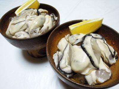 生牡蠣をレモンで
