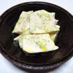 収穫したレモンバームの葉を乾燥させ、ハーブティーとハーブソルトを味わう