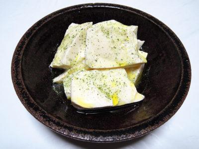 オリーブオイルとレモンバームソルトをかけた豆腐