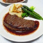 鳥取の地酒、田中農場 七割生原酒の熱燗で牛ももステーキをいただく