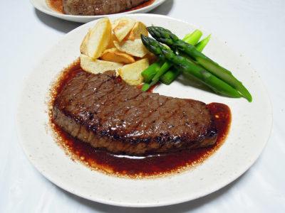 国産(交雑種)牛もも肉のステーキ