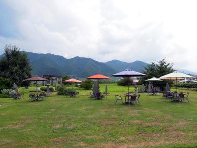 ワインギャラリー・ガーデンを眺めながら昼食をとる