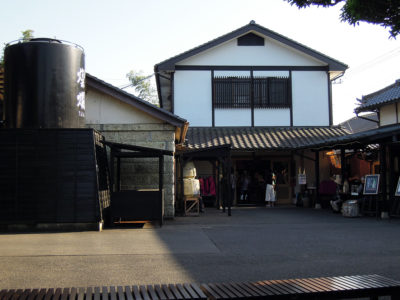 売店やギャラリーカフェ「湧(わく)」が入っている建物