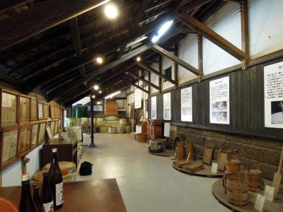 昔使われていた道具と酒造りの過程の説明