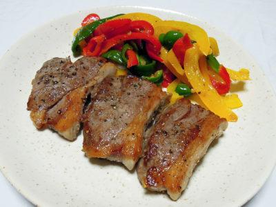 パプリカのソテー・アンチョビ風味を添えたラムランプ肉のステーキ