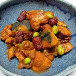 広島の地酒、小笹屋竹鶴 無濾過 大和雄町 純米原酒の燗で鶏肉とかぼちゃのカレー煮込みや牛肉のオイスターソース炒めをいただく
