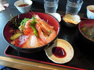 新鮮な魚介を使った海鮮丼