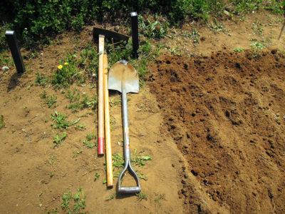 まずは鋤、鍬、スコップで畑を耕す