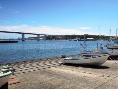 海沿いの道から眺める城ヶ島と城ヶ島大橋
