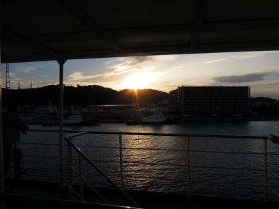 日が沈みかけるころ久里浜港に到着