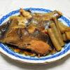 和歌山の地酒、黒牛 純米 槽口直汲み 無濾過生原酒の熱燗でいか大根やかれいの煮つけをいただく