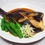 石川の地酒、黒帯 悠々 特別純米の燗で明石の鯛の木の芽焼きや黒かれいの煮つけをいただく