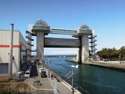 沼津魚市場の展望デッキから眺めた大型展望水門びゅうお