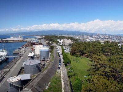 北側の展望、彼方に見えるはずの富士山は雲に隠れていた