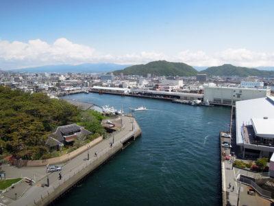 東側の展望、沼津港内港と彼方に箱根の山々