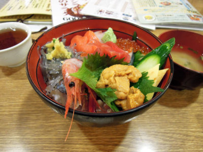 かもめ丸の魚河岸海鮮丼ウニのせバージョン