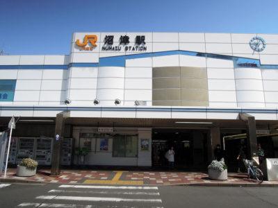 横浜駅から熱海駅で乗り換えて沼津駅に到着