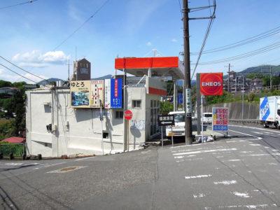 ガソリンスタンドの脇に福浦漁港の方向を示す案内板がある