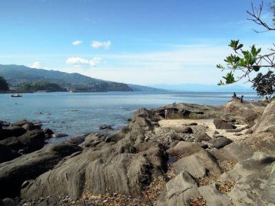 琴ヶ浜の岩場で休憩