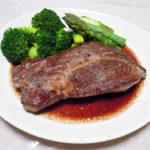 鳥取の地酒、田中農場 七割生原酒の熱燗で牛肩ロースのステーキをいただく