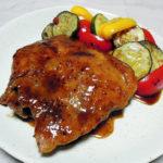 広島の地酒、小笹屋竹鶴番外編 純米原酒 中生新千本の熱燗で鶏もも肉のイタリアン風照り焼き 夏野菜のマリネ添えをいただく