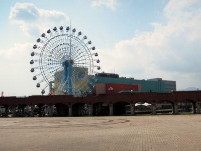 イベント広場から観覧車とドリームプラザの眺め