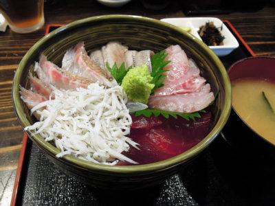 生まぐろ、皮付き真鯛、ほうぼう、トロいわし、釜揚げしらすの5色丼