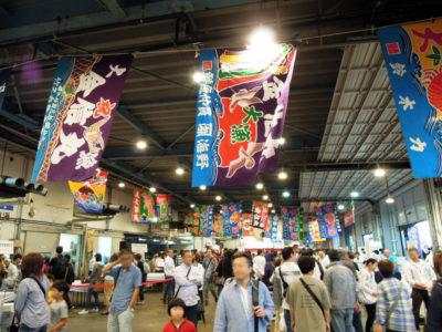 横須賀魚市場の建物のなかもにぎわっていた