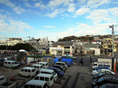 三崎水産物地方卸売市場の2階から見た通りの様子