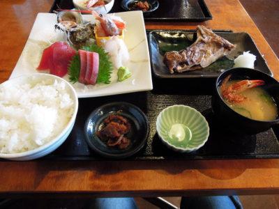 人気NO.1という市場の日替り刺身&焼き魚定食