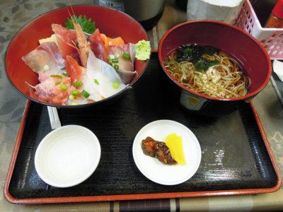 飲食街にあるカネセイのお刺身丼
