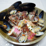 静岡の地酒、開運 無濾過純米 生酒の常温と京都の地酒、益荒猛男 山廃仕込 特別純米原酒の燗でほうぼうとかさごの刺身と魚介のスープをいただく