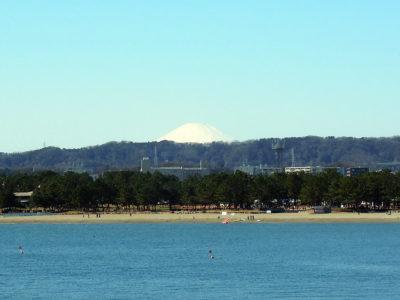 八景島から海の公園の海水浴場と富士山を眺める