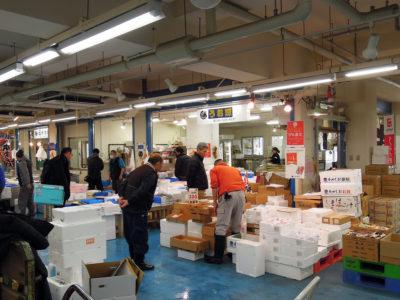 水産仲卸売場に並ぶ店