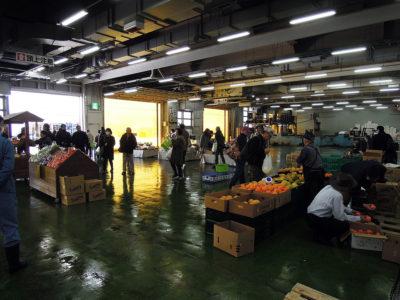 広場では果物や野菜も売っている