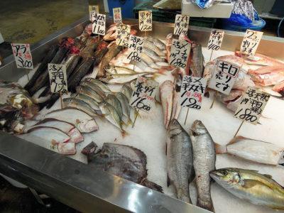 三栄水産の店舗に並ぶ鮮魚