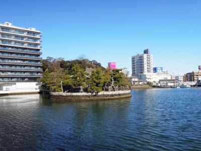 平潟湾に浮かぶ琵琶島神社