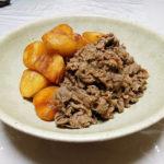 鳥取の地酒、諏訪泉 田中農場 七割 H27BYの熱燗でせりと切り干し大根のごま和え、ふきの葉とじゃこの煮もの、ふきとがんもどきの煮もの、新じゃがと牛肉の煮ものをいただく