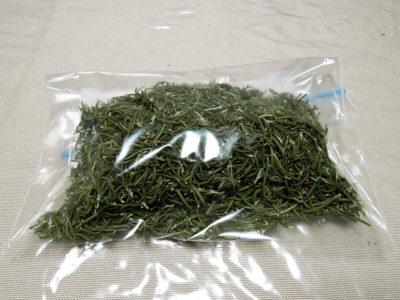 乾燥させたローズマリーを乾燥剤とともにジッパー付き保存袋に入れて保存